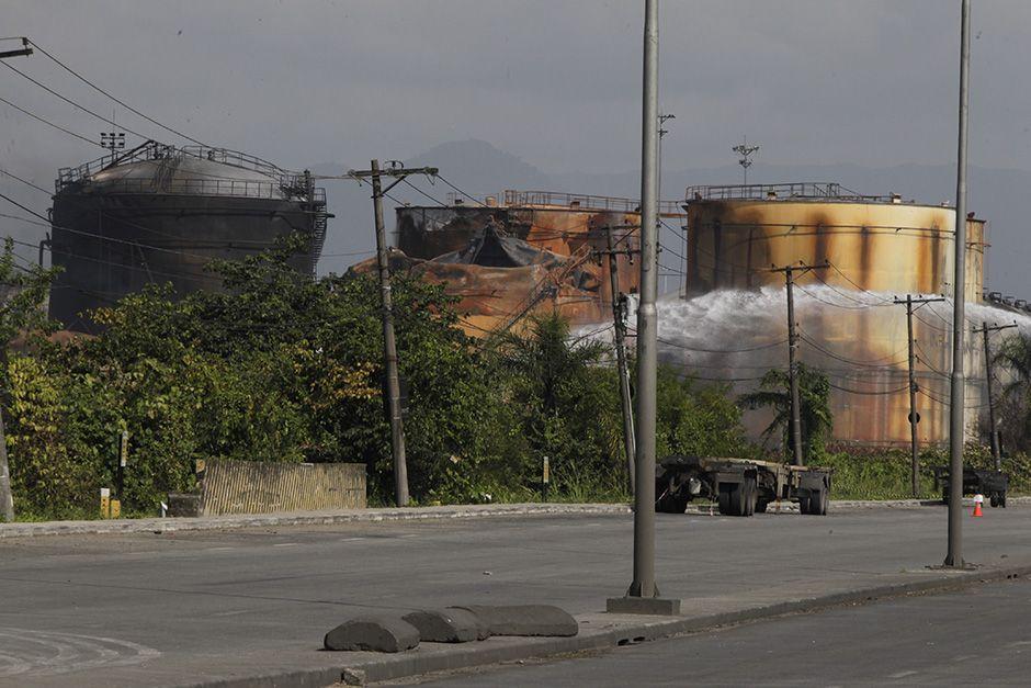 Bombeiros continuam resfriando tanques / A Tribuna De Santos/Folhapress