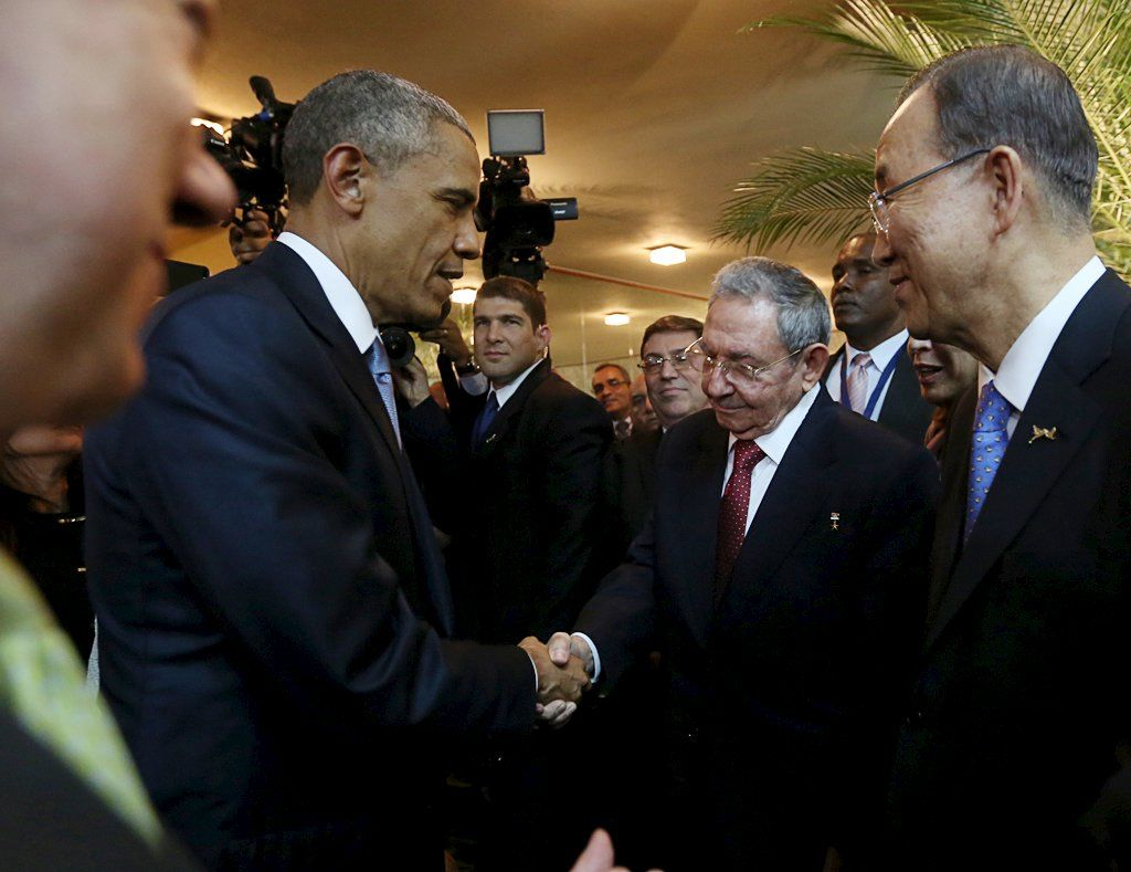 Obama e Castro dão o primeiro aperto de mãos desde que os EUA e Cuba romperam relações em 1961 / Panama Presidency/Handout via Reuters