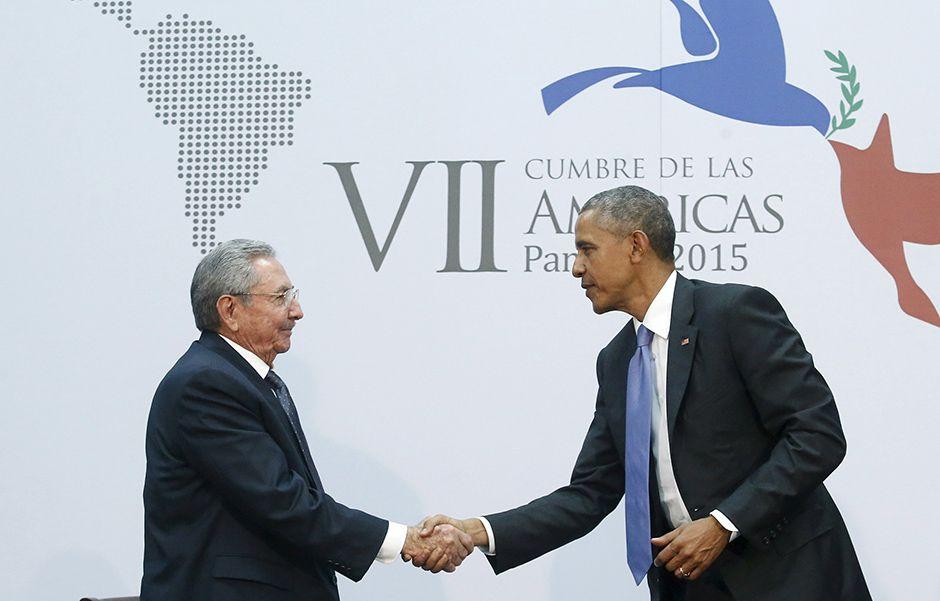 Raúl Castro (esq) e Obama se cumprimentam antes de encontro histórico / Jonathan Ernst/Reuters