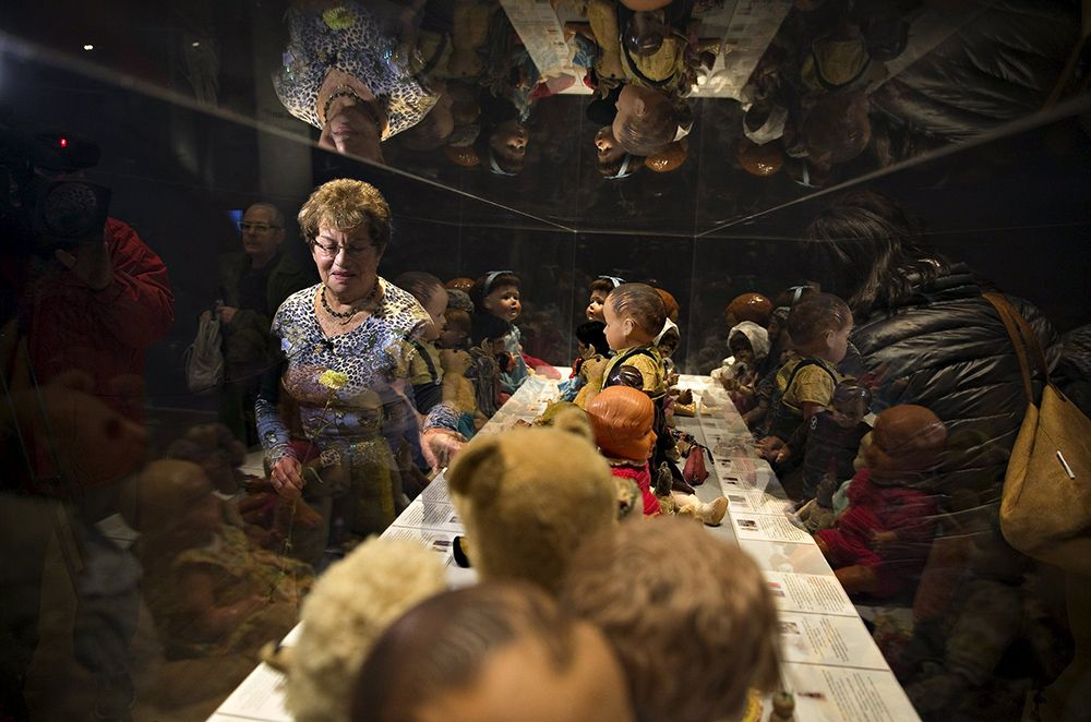 Uma das poucas sobrevivente do Holocausto aponta para o ursinho da sua infância / Ronen Zvulun/Reuters
