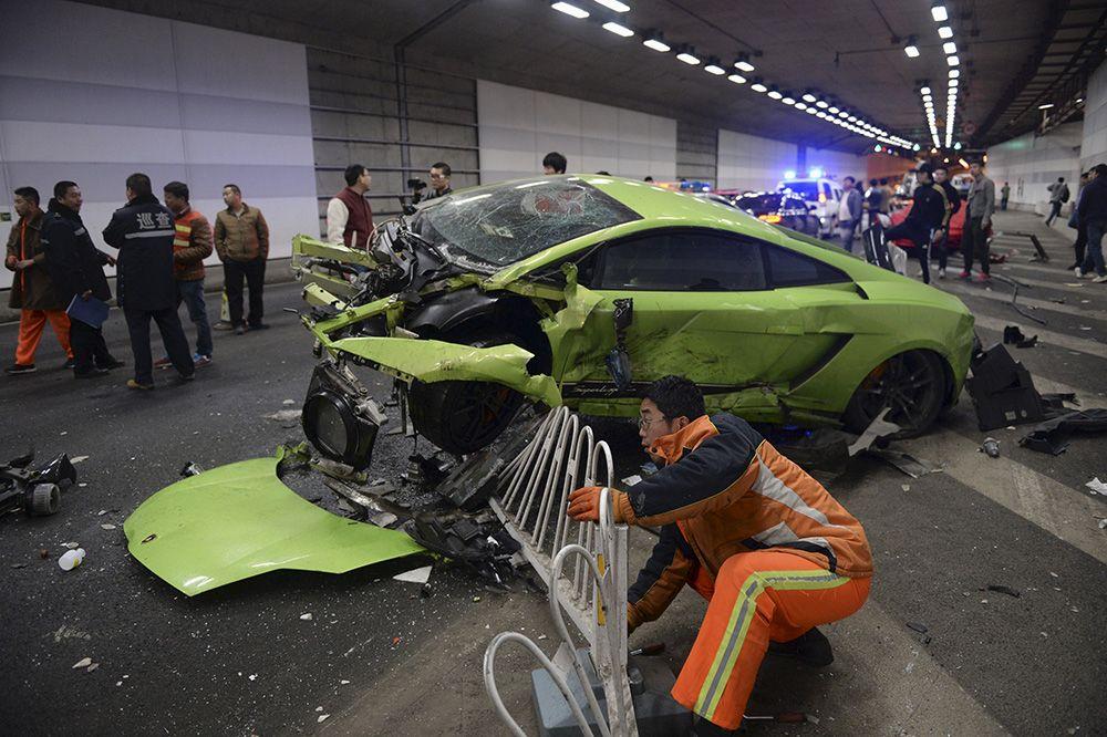 Socorrista tenta remover grade de proteção de dentro do Lamborghini / Stringer China Out/Reuters