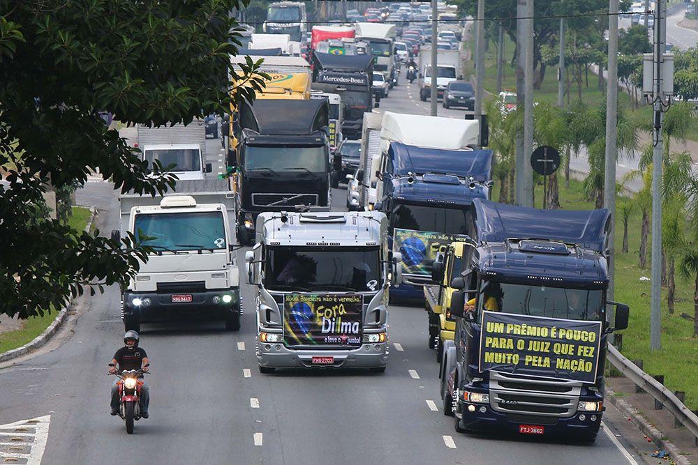 Caminhoneiros bloqueiam as principais avenidas de São Paulo / Marcos Bezerra/Folhapress