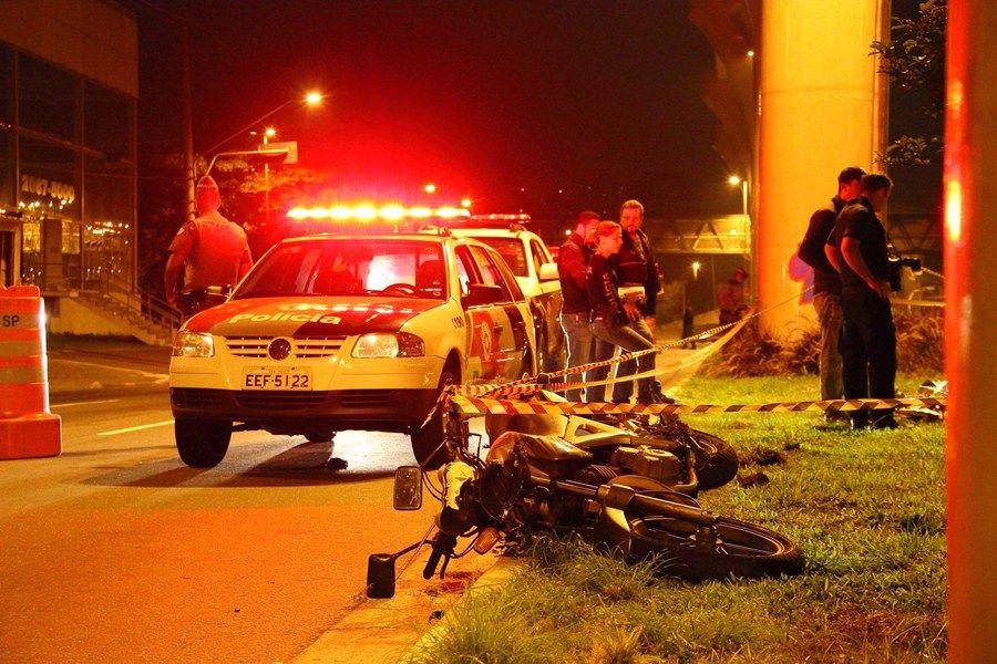 O PM trocou tiros com os bandidos após ter sua moto roubada / Nivaldo Lima/Futura Press/Folha Press