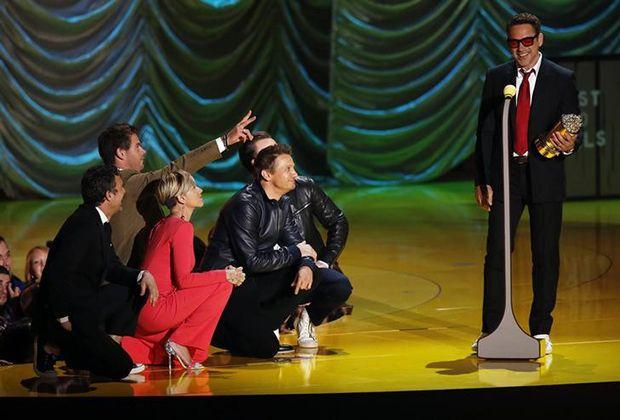 Robert Downey Jr. recebendo seu prêmio durante o MTV Movie Awards