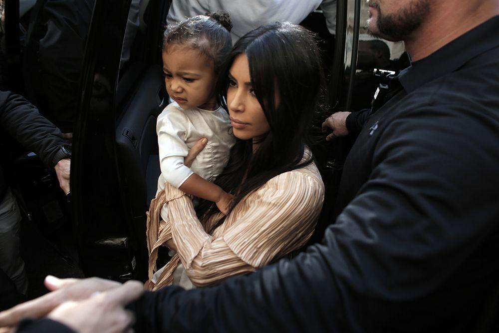 Kim Kardashian é flagrada entrando em igreja com a filha / Ahmad Gharabli/AFP