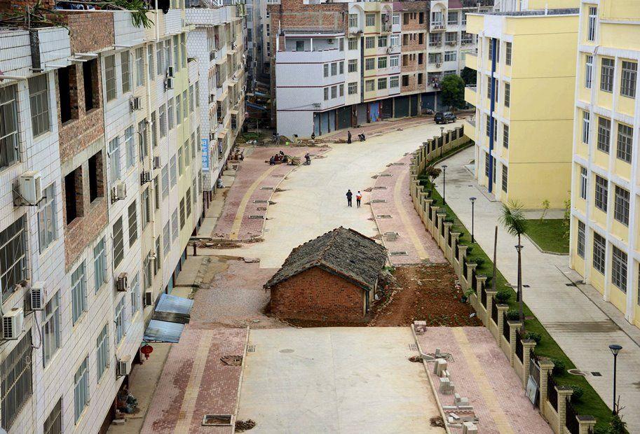Dono de casa recusa desapropriação e agora mora no meio de rua / REUTERS/Stringer