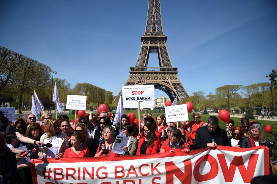 Manifestantes se reúnem em frente à Torre Eiffel em protesto ao sequestro das meninas nigerianas