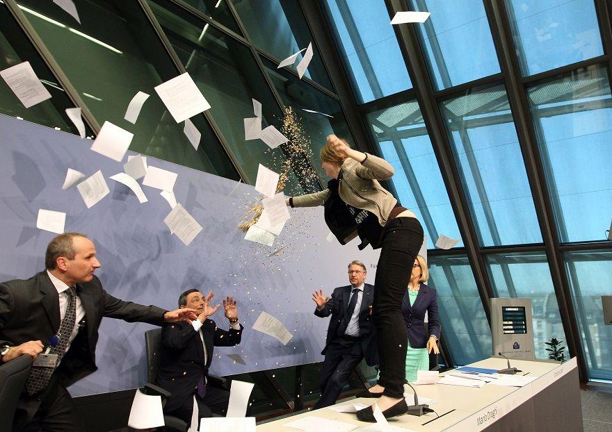 Ela faz parte do movimento Blockupy, que critica o papel do BCE na resposta à crise econômica e financeira local / DANIEL ROLAND / AFP
