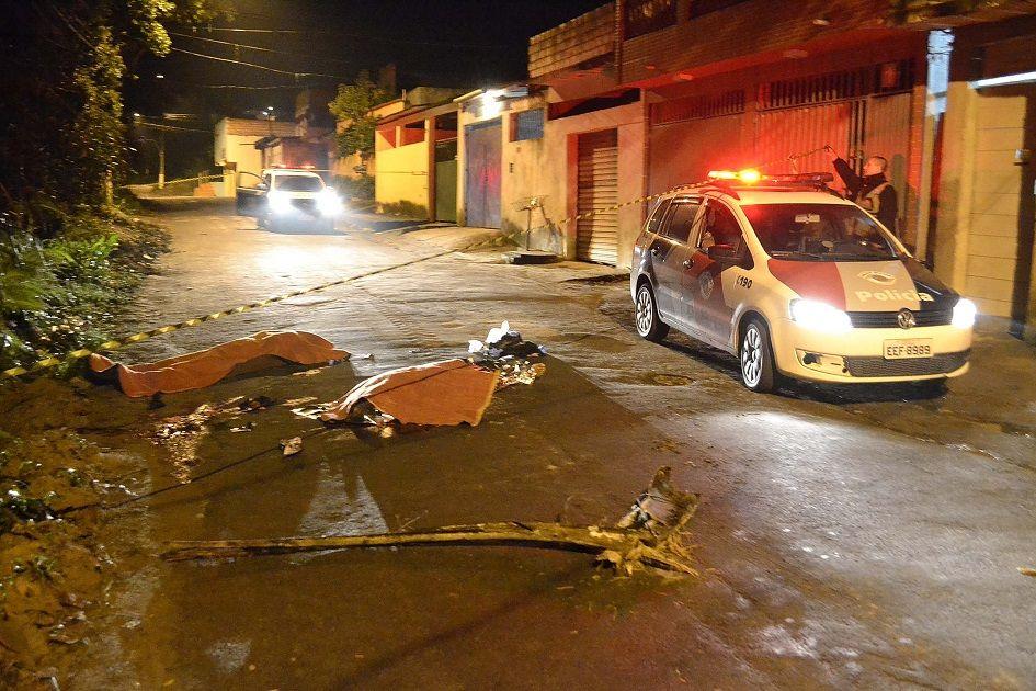 Segundo testemunhas, os ataques partiram de homens que estavam em um carro que passou em alta velocidade / Futura Press/Folhapress