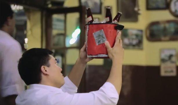 Cliente analisa balde de cerveja / Reprodução/Governo do Estado do Paraná