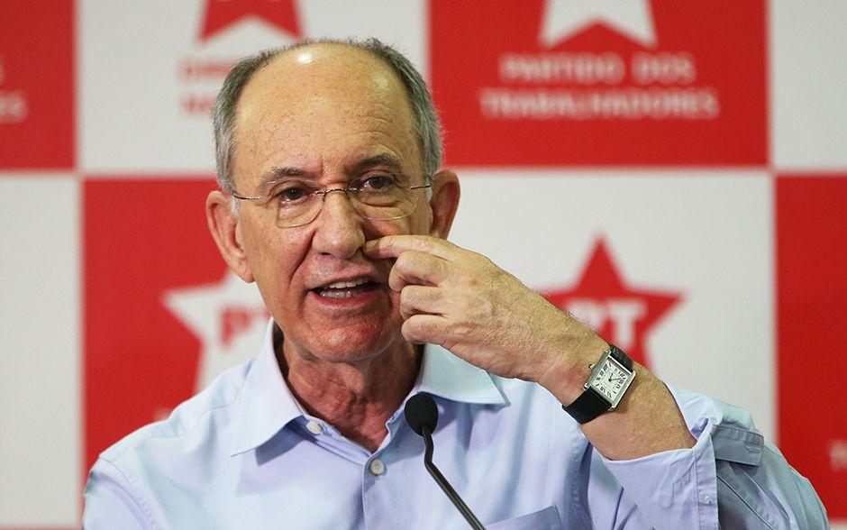Rui Falcão durante coletiva de imprensa nesta sexta-feira (17) / Ernesto Rodrigues/Folhapress