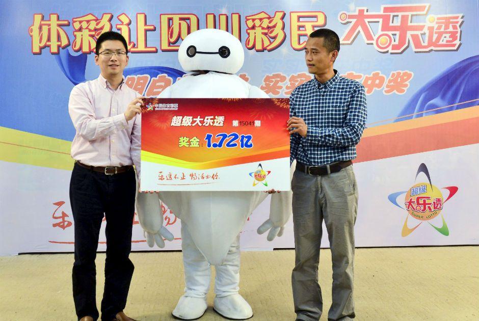 Chinês recebe prêmio de loteria vestido de Baymax / Reuters