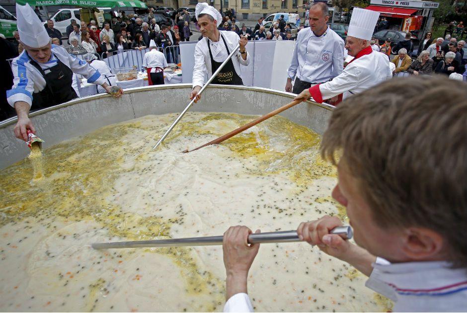 O caldo de galinha pesava um pouco mais de 4 toneladas  / Reuters