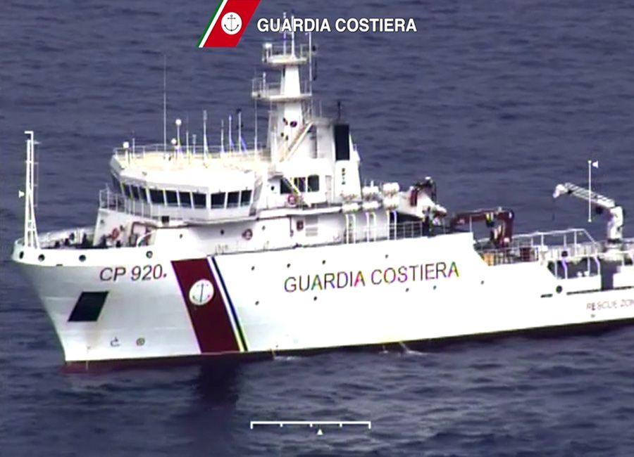 Navio da Guarda Costeira da Itália participa da operação de salvamento / GUARDIA COSTIERA / AFP