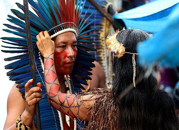 Casal de índios protesta em Manaus