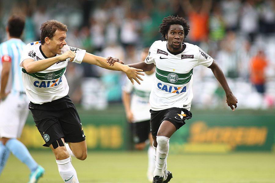 Negueba (dir) abriu o placar no primeiro minuto da etapa final - Giuliano Gomes/Folhapress