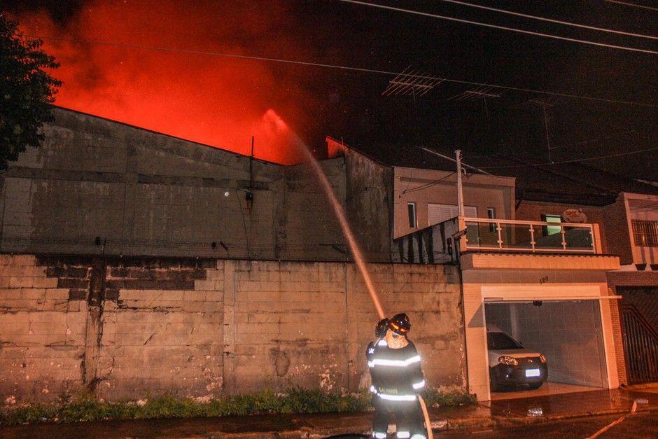 Fogo ficou muito próximo de uma área residencial / Marco Ambrosio/Folhapress