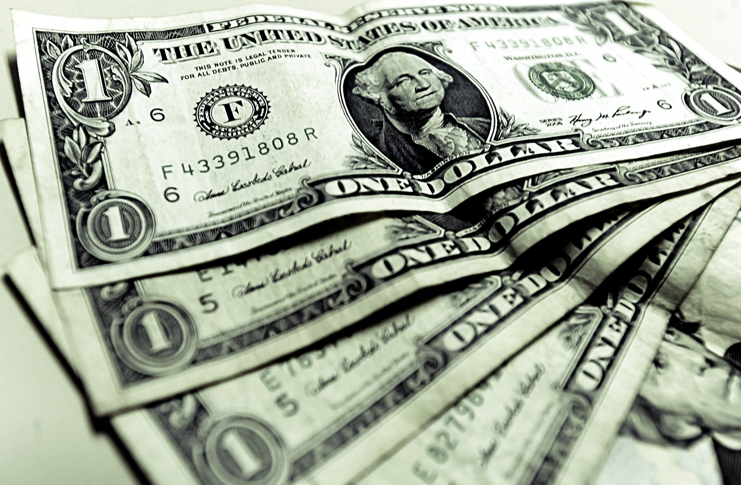 Na máxima do dia, moeda norte-americana chegou a ser vendida a R$ 3,38 / Divulgação