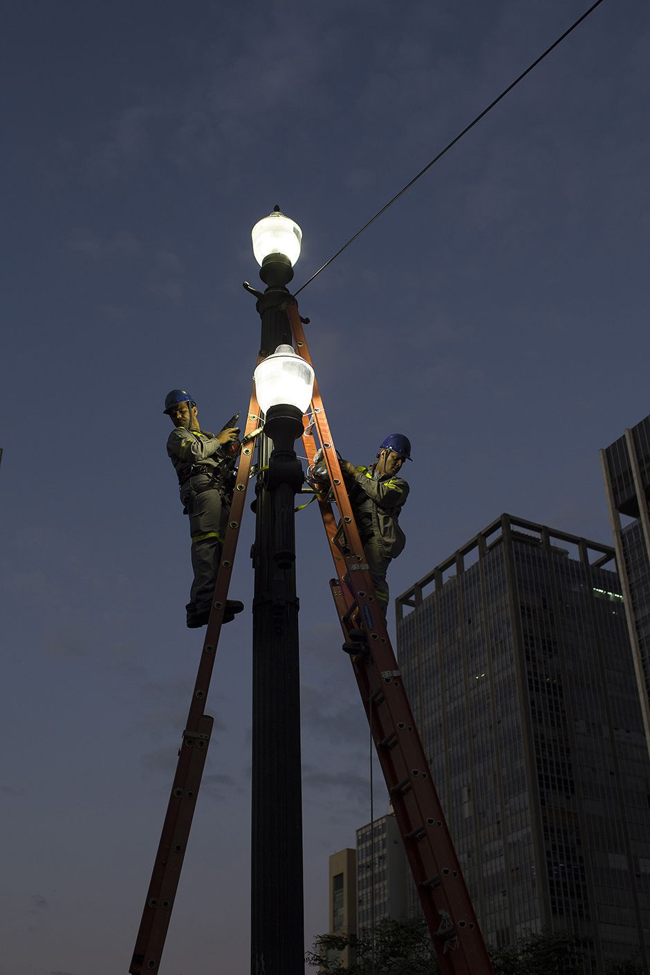 Poste na região Central de SP com lâmpadas de led / Edilson Dantas/Folhapress