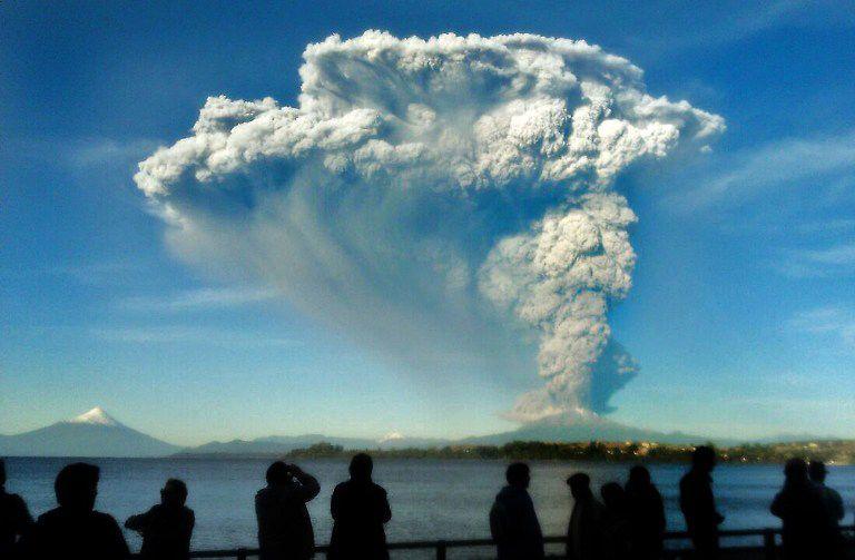 Pessoas observam cinzas expelidas pelo vulcão / Giordana Schimidt/AFP