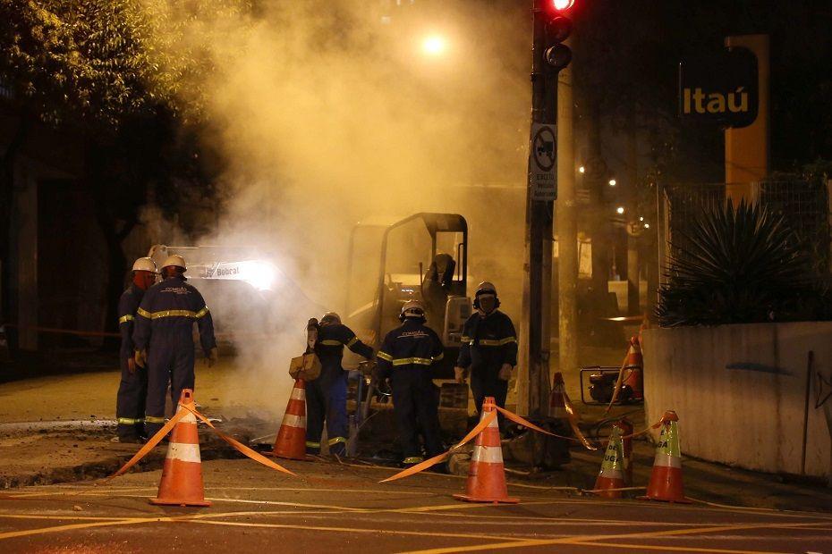 Equipes dos Bombeiros, CET, Eletropaulo e da Comgás foram acionadas para conter o vazamento e isolar a área, devido ao risco de explosão /  Edison Temoteo/Futura Press/Folhapress