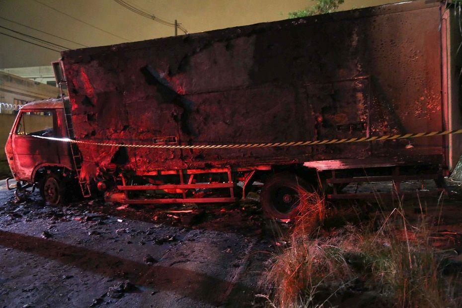 Quadrilha queimou caminhão durante assalto / Edison Temoteo/Futura Press/Folhapress