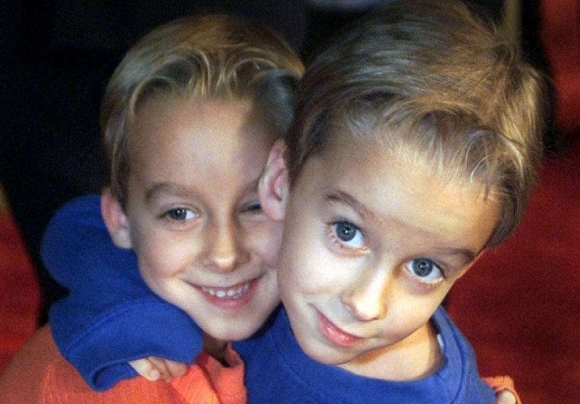 Sawyer Sweeten e o irmão gêmeo Sullivan na época em que atuavam na série / Reuters