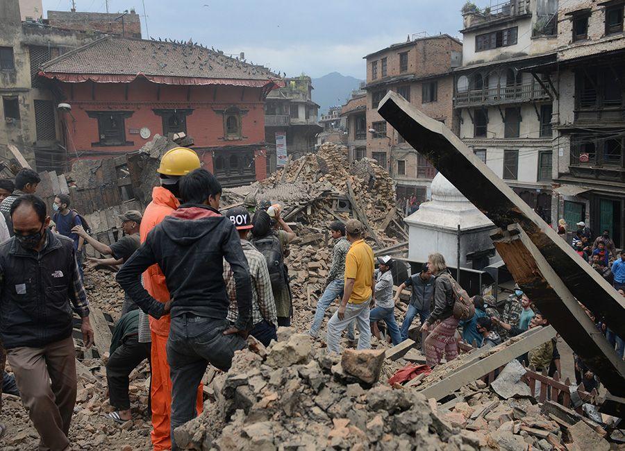 Pessoas ajudam na procura por corpos no Nepal