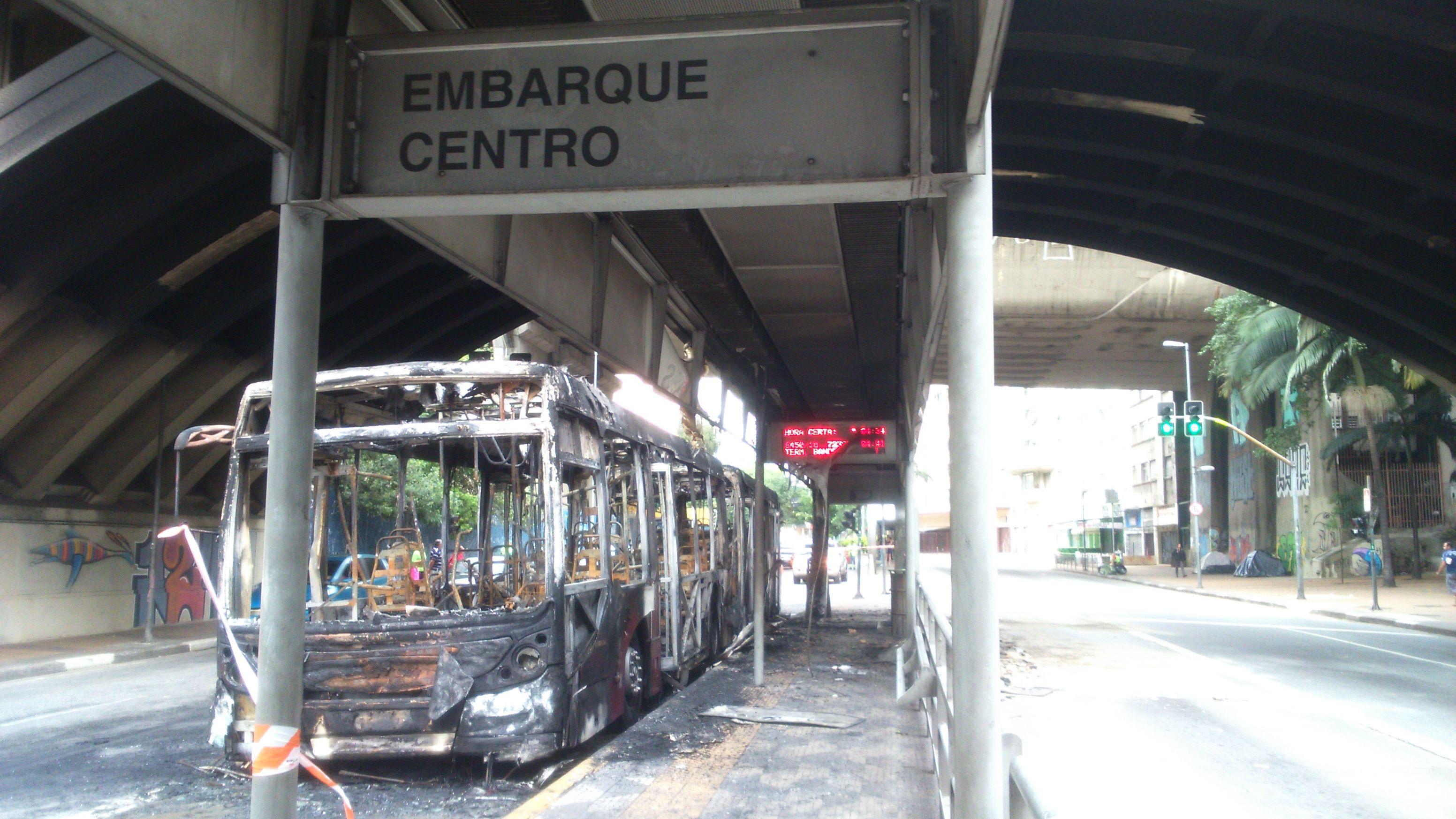 Ônibus ficou totalmente destruído após incêndio / Débora Mendonça/Rádio SulAmérica Trânsito