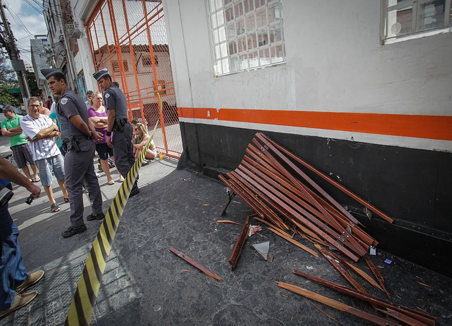 Banco em que vítima estava sentada ficou destruído após o atropelamento em frente à balada / Ronny Santos/Folhapress