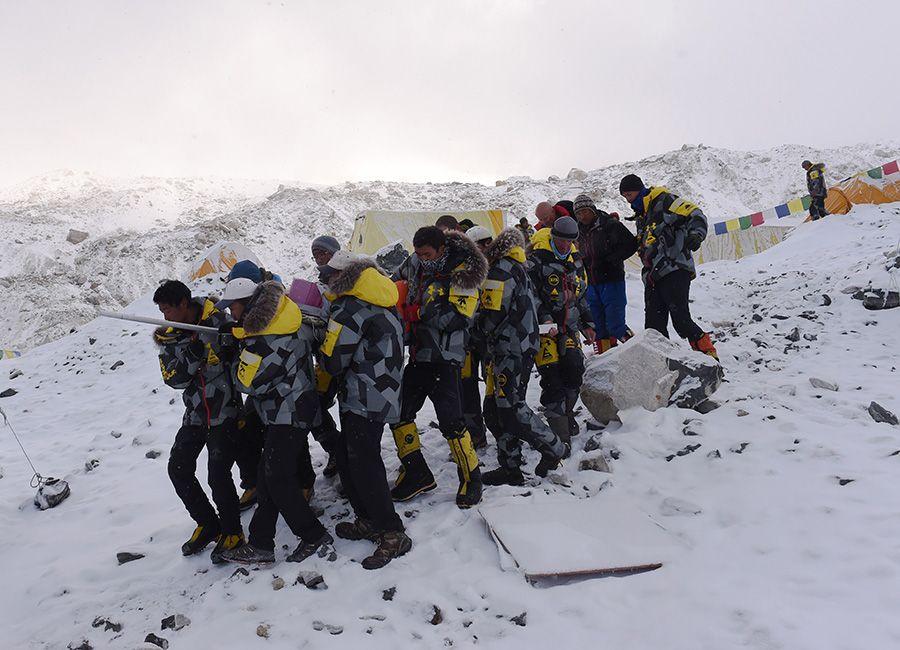 Membros do regaste procuram sobreviventes no Monte Everest / ROBERTO SCHMIDT / AFP
