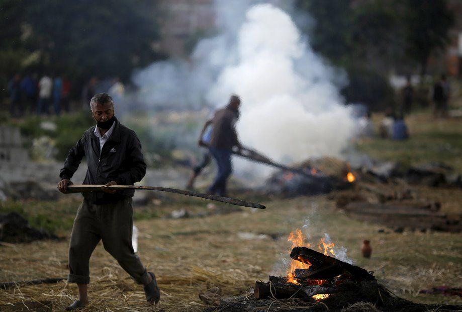 Parentes cremam corpos de vítimas