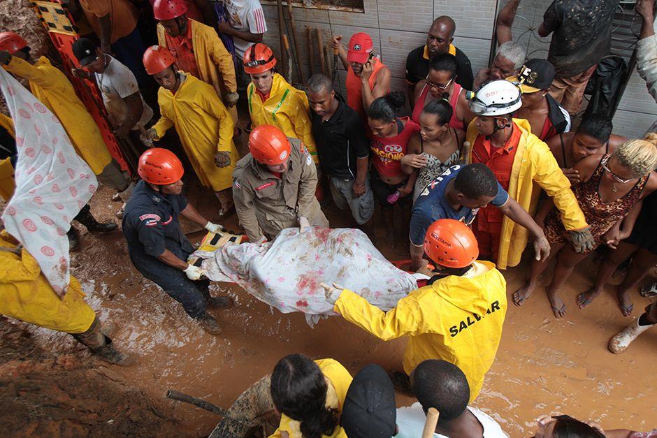 Bombeiros retiram corpo de vítima de deslizamento em Salvador / Ag. A Tarde/Folhapress