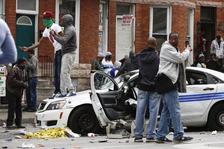 Manifestantes destroem carro da polícia de Baltimore