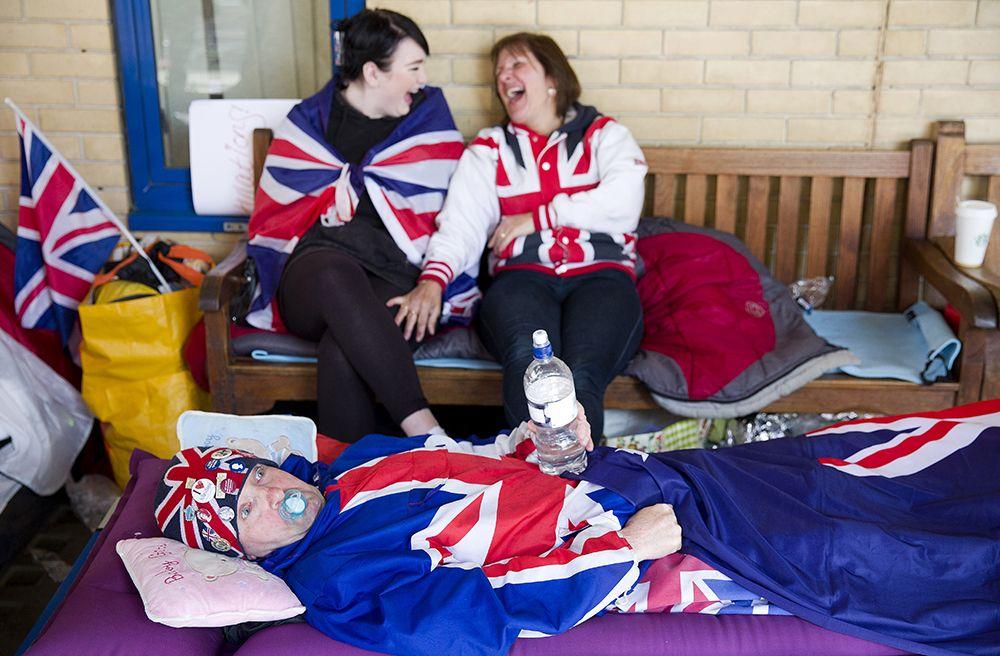 Fãs da família real acampam em frente à maternidade em Londres / Justin Tallis/AFP