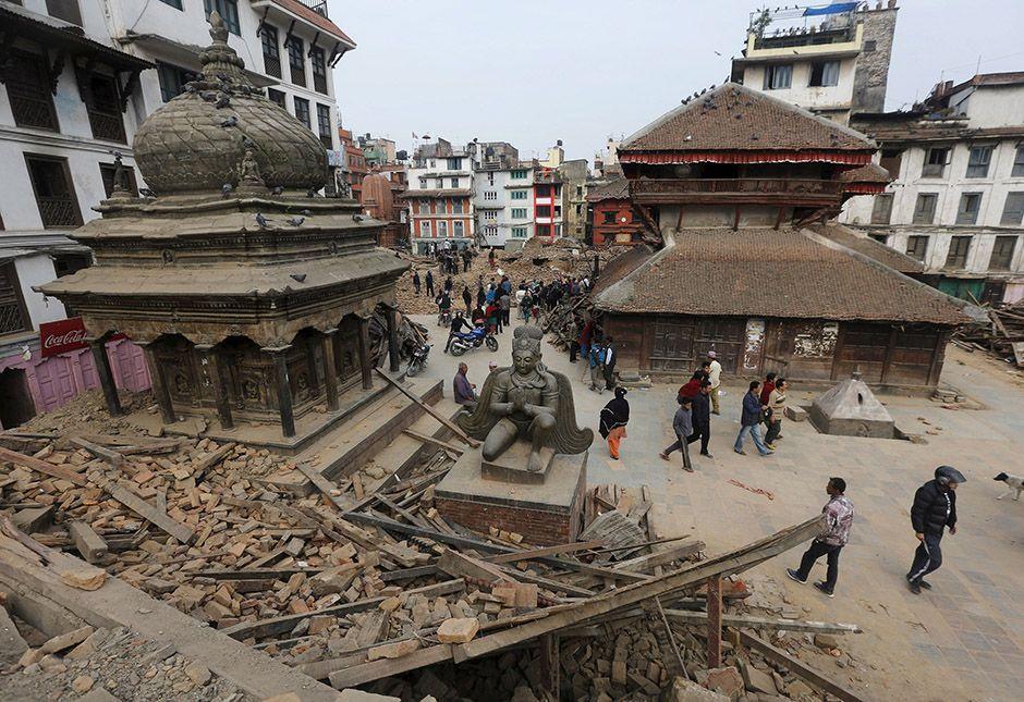 Templo parcialmente destruído na capital Katmandu / Adnan Abidi/Reuters