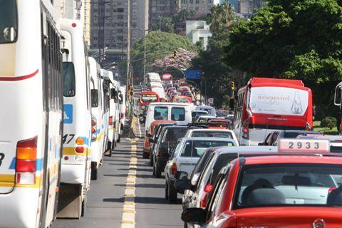Quase 3 milhões de veículos devem deixar São Paulo no feriado