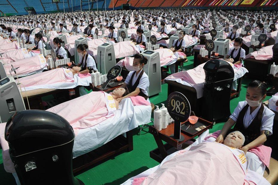Mulheres batem recorde de maior número de massagens ao mesmo tempo / STR / AFP