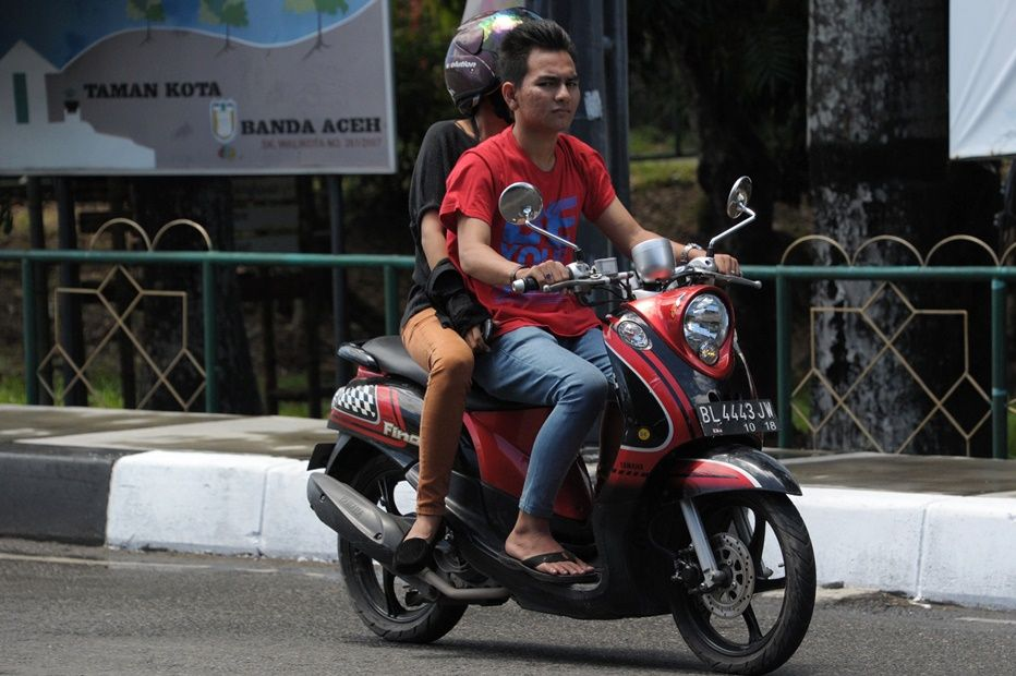 Homem e mulher serão proibidos, a partir de 2016, de andar de moto juntos / CHAIDEER MAHYUDDIN / AFP