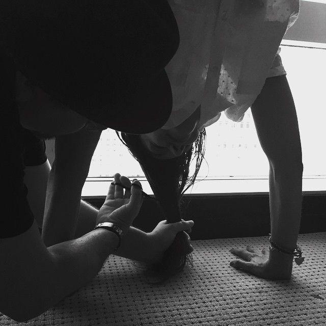 Katie Holmes fez malabarismo para cortar o cabelo / Divulgação/Instagram