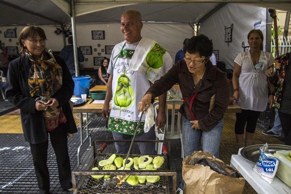 Professores fazem churrasco de chuchu na Praça da República / Cris Faga/Fox Press Photo/Folhapress