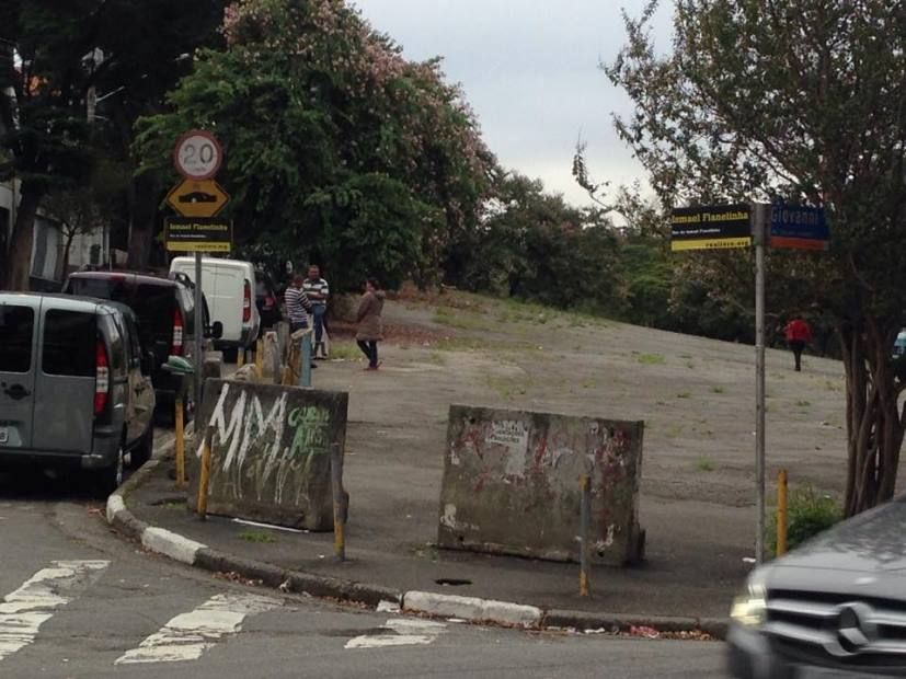 Flanelinha cobre placas da Rua João da Cruz Melão com seu nome / Willian Kury/Rádio Bandeirantes