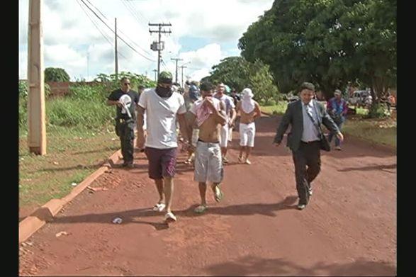 Presos foram escoltados por policiais em caminhada de transferência / Reprodução