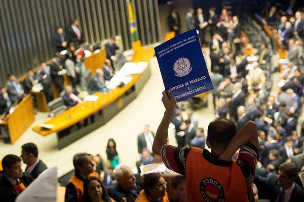 Parlamentares contrários à votação da MP exibiram réplicas de carteiras de trabalho / Marcelo Camargo / Agência Brasil