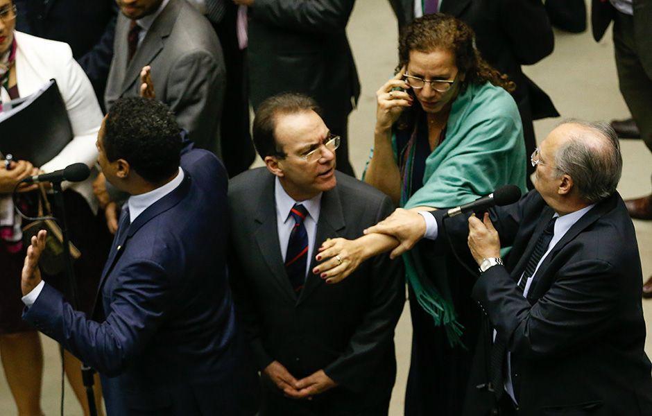 Roberto Freire segura braço de Jandira Feghali  / Pedro Ladeira/Folhapress