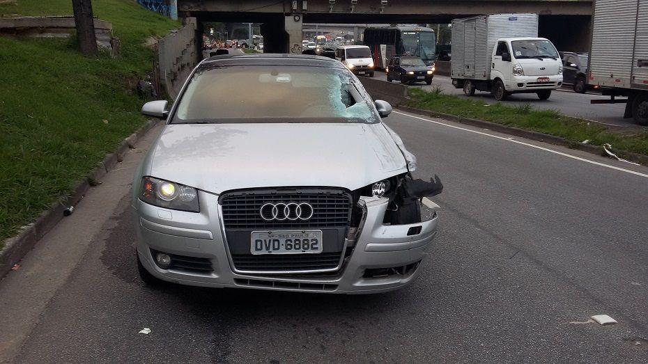 Táxi ficou parado na pista e foi atingido novamente, desta vez por um Audi, em alta velocidade / Ronaldo Rodrigues