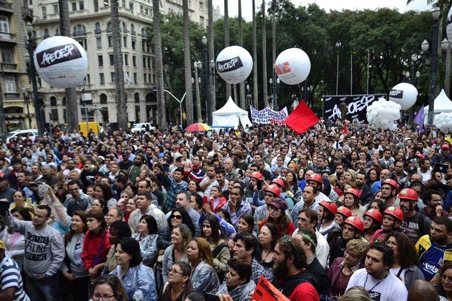 Ato dos professores segue pacífico na Sé / Cris Faga / Fox Press Photo/Folhapress