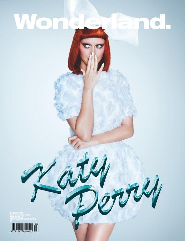 Katy Perry aparece também usando uma peruca vermelha