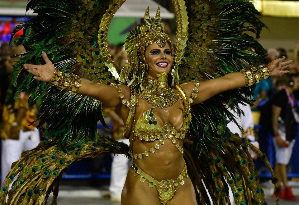 Viviane Araújo, rainha de bateria da Salgueiro, encantou foliões vestida de egípcia