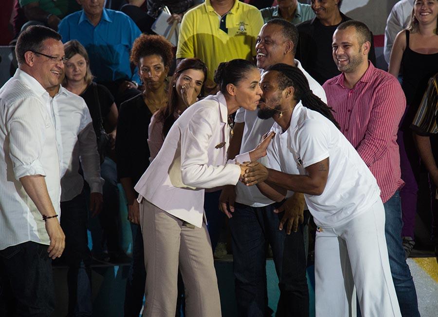 Beija Eu! Candidatos dão beijinho e beijão na campanha